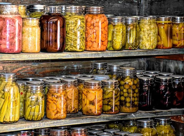 Schrank mit eingekochten Lebensmitteln