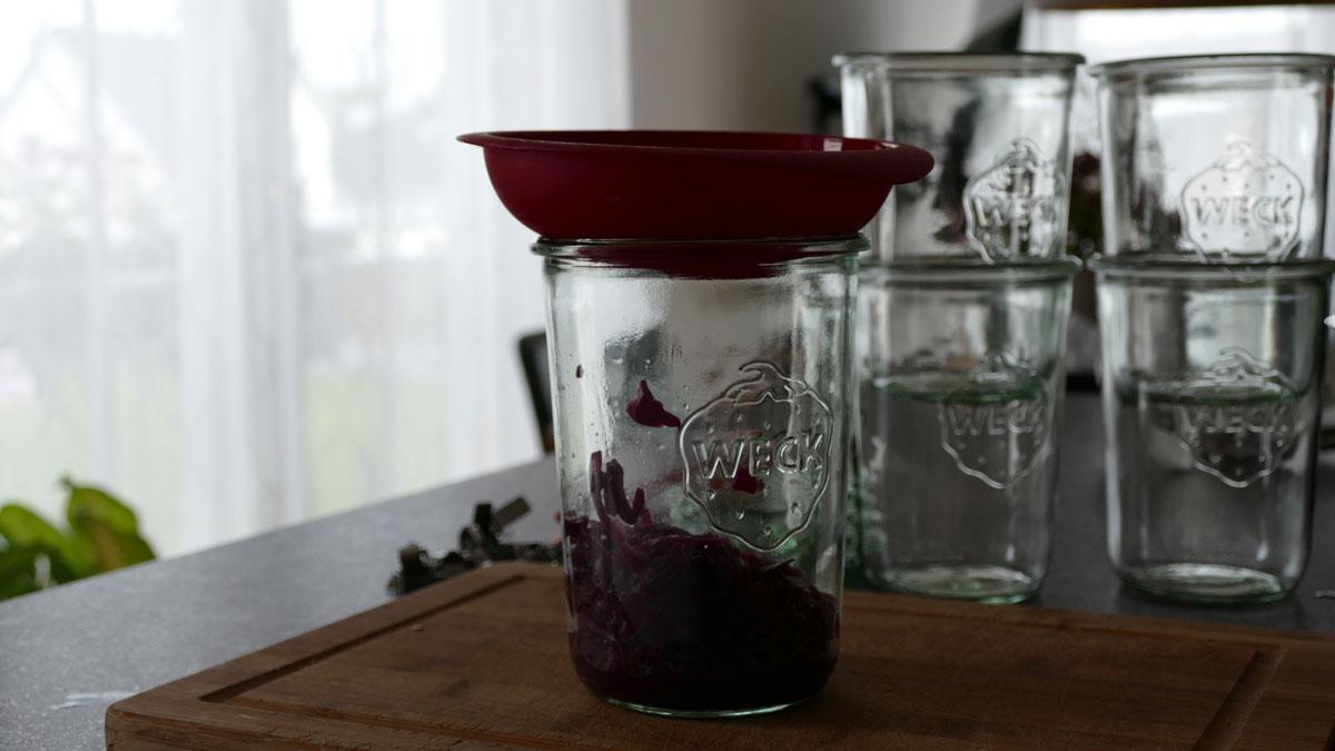 Rotkohl in Weckglas füllen